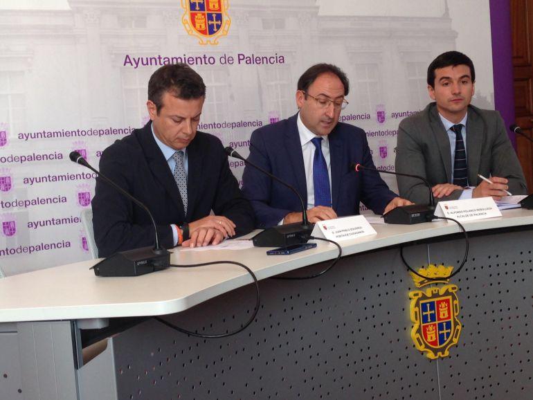 El Alcalde de Palencia, Alfonso Polanco, en el centro, flanqueado por el portavoz de Ciudadanos, Juan Pablo Izquierdo, y por el concejal de Hacienda, David Vázquez
