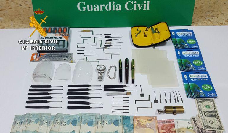 Dinero y utensilios incautados por la Guardia Civil.