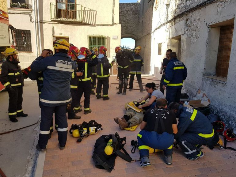 Bomberos voluntarios de la provincia participan en un similacro de incendio en una vivienda en Cuéllar