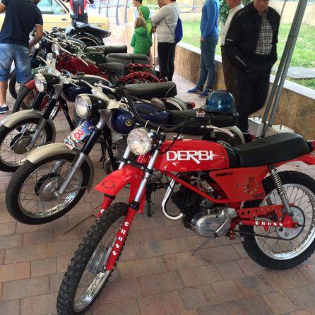 Motos antiguas participantes en la concentracion de vehícuos antiguos
