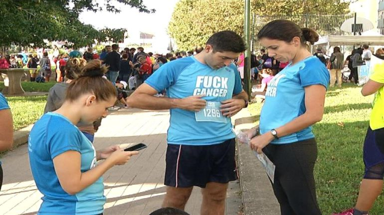 Participantes en la IV Carrera Vigo contra el cáncer en el barrio de Coia.