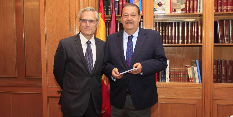 José Martínez, Fiscal Jefe, entrega la Memoria de la Fiscalía al presidente de las Cortes, Jesús Fernández Vaquero