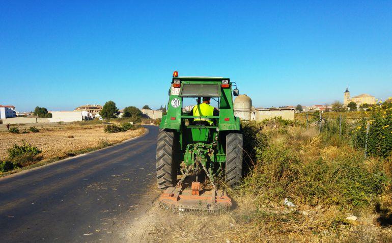 La concejalía de Agricultura desbroza las cunetas en Socuéllamos