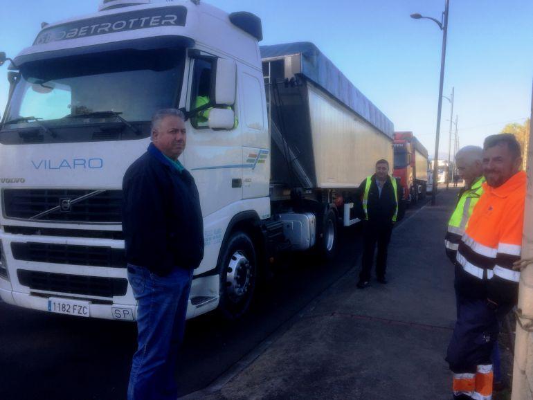 Los transportistas han dejado estacionados sus camiones con el mineral de importación
