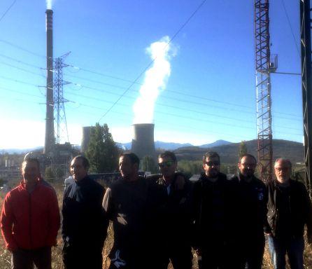 Los mineros frente a la central, en funcionamiento