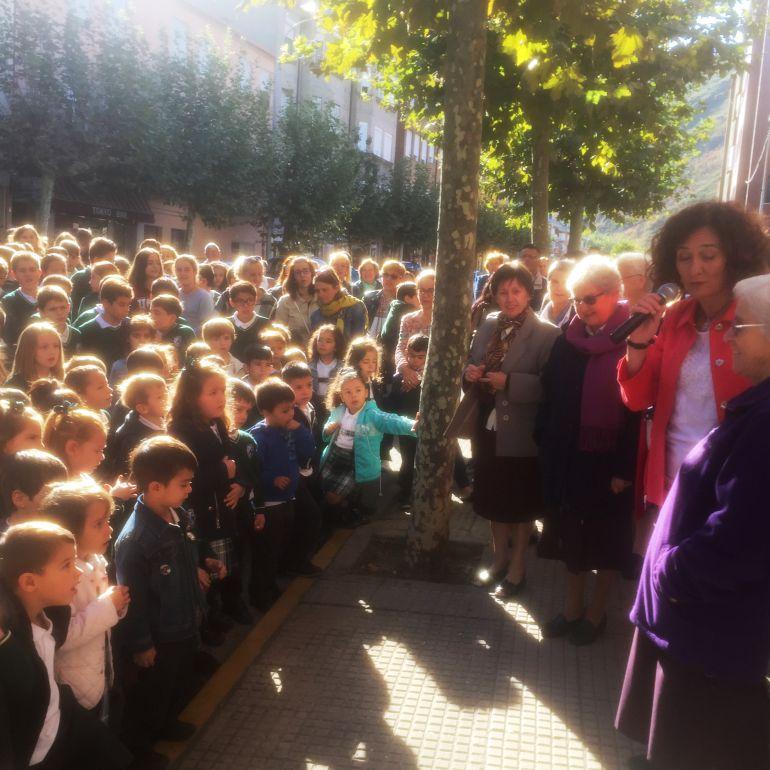 Los alumnos esperan el descubrimiento de la placa