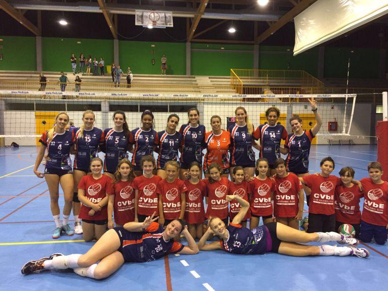 El Club Voleibol Elche Viziusport posa en el Pabellón de la UMH tras vencer al Algar
