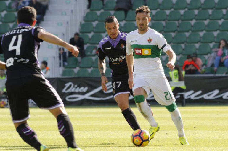 Edu Albacar conduce el balón en un partido en el Martínez Valero