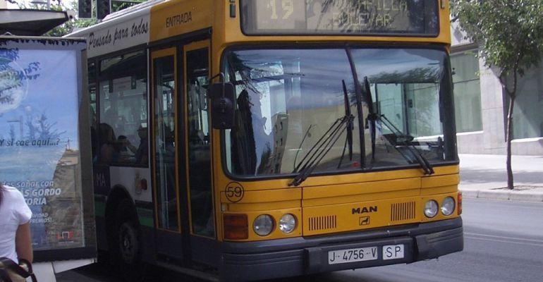 Autobús urbano circulando por las calles de la capital.