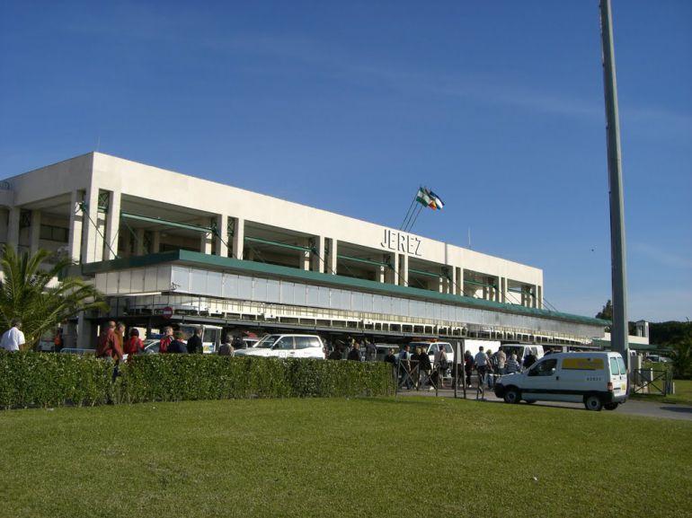 Imagen de la fachada principal del aeropuerto de Jerez
