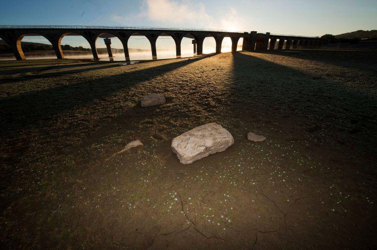 Vista del puente de Orzales sobre el pantano de Ebro.