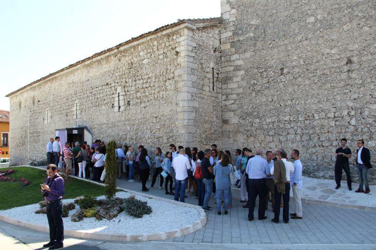 Los visitantes esperan para acceder a la iglesia de San Andrés