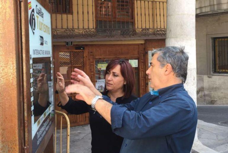 La concejal de Turismo Nuria Fernández, prueba el dispositivo junto con el director de turismo24horas Heliodoro Martín