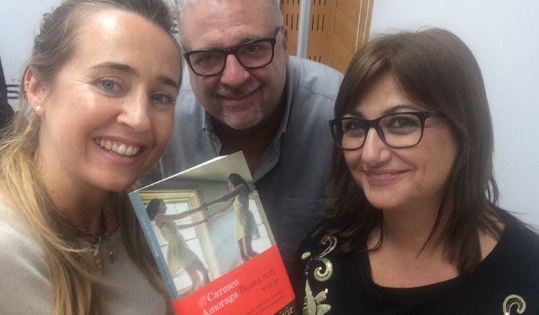 Ana Mansergas y Arturo Blay acompañan a la escritora Carmen Amoraga, que ha presentado su nuevo libro en 'Hoy por Hoy Locos por Valencia'
