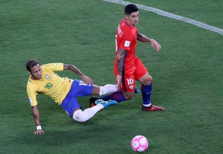 El Tucu Hernández recibe una falta de Neymar tras robarle el balón