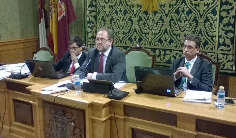 Julián Huete (centro) ha presidido el pleno como alcalde en funciones