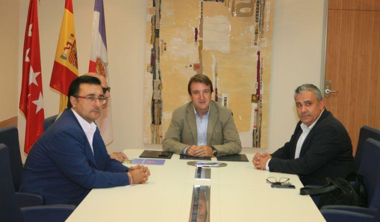 El alcalde, Jesús Moreno (centro) en la firma del convenio de colaboración con AMTAS, para mejorar la formación y empleabilidad de los vecinos  autónomos
