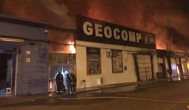 Las llamas han afectado a dos naves llenas de productos de bazares chinos