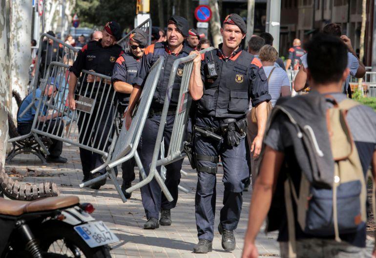 Mossos d'Esquadra cerca del parlamento catalán