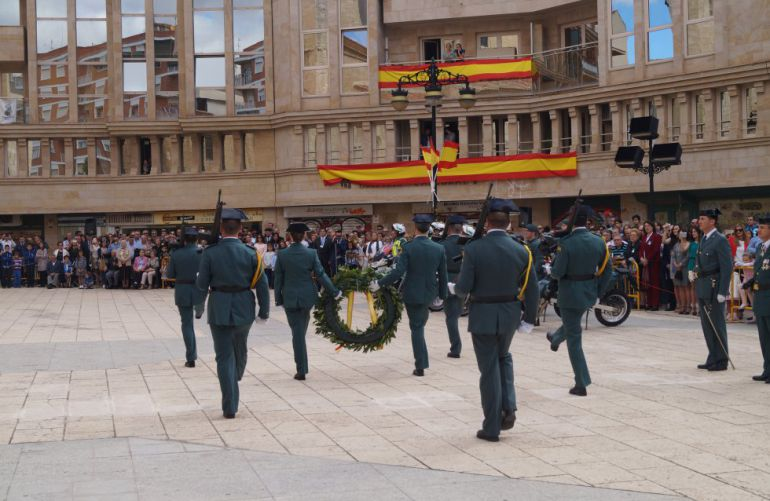Imagen de archivo del desfile de la Guardia Civil en la Plaza de la Virgen de los Llanos