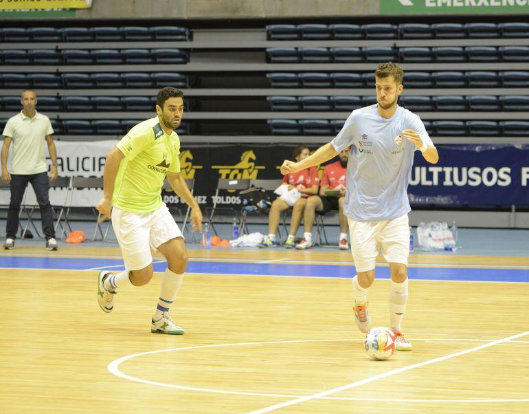 Antonio Diz conduce el balón en el partido de pretemporada que jugaron en Sar Palma y Santiago