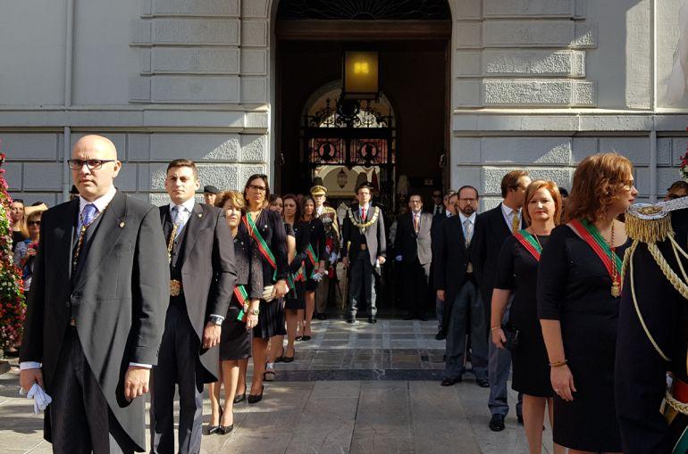 La corporación municipal de Granada en pleno, en la celebración del Día de la Hispanidad, sin los grupos de Vamos Granada e IU