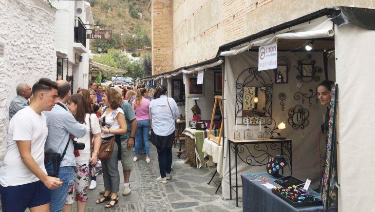 Primera jornada de la feria turística y artesanal de la Alpujarra, en Pampaneira (Granada)