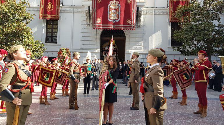 La concejala Lorena Rodríguez porta el Pendón de Castilla en la celebración en Granada del 525 aniversario del Descubrimiento de América