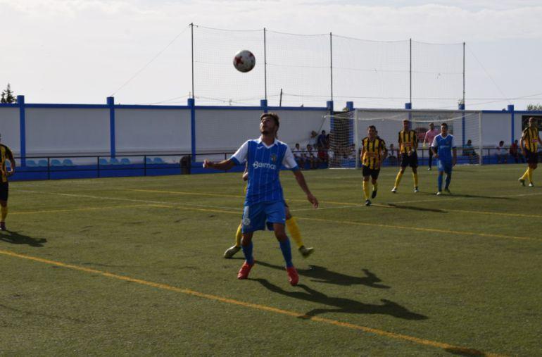 Rodri tratando de controlar un balón durante el partido