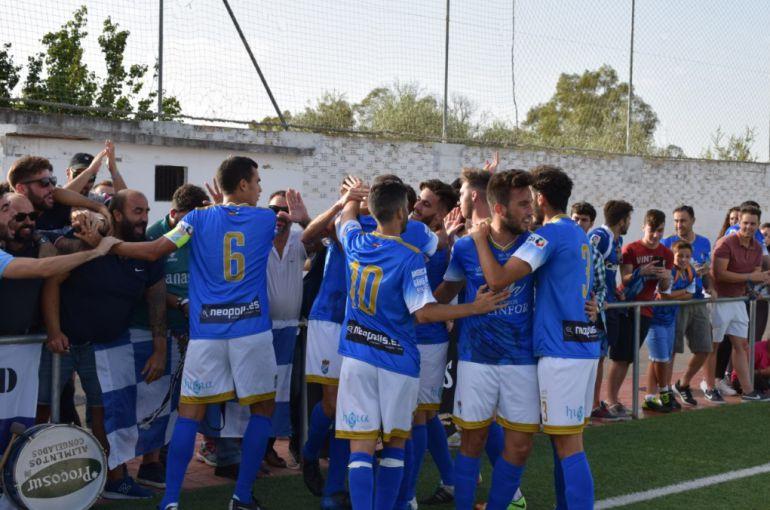 Jugadores celebrando uno de los goles con aficionados