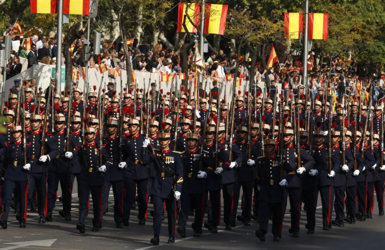 La Guardia Real durante el desfile del Día de la Fiesta Nacional, que presiden los Reyes y al que asiste el Gobierno en pleno y la mayoría de líderes políticos.