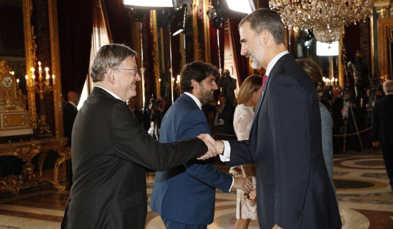 El president de la Generalitat, Ximo Puig, saluda al Rey Felipe VI