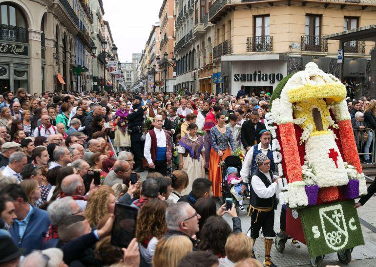 Miles de participantes ataviados con los trajes regionales de sus correspondientes provincias y países desfilan por la Calle Alfonso I de Zaragoza durante la tradicional Ofrenda de Flores a la Virgen del Pilar de Zaragoza