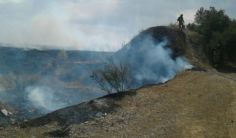 La escombrera de Marmolejo arde mientras los bomberos intentan controlar el incendio
