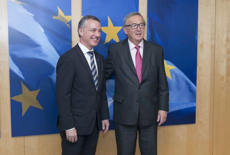 Urkullu y Juncker, el presidente de la Comisión Europea, usan nudos distintos