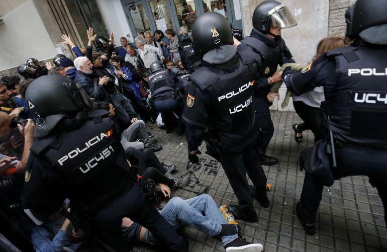 La Policía cargando contra personas ante un recinto de votación del Referéndum catalán