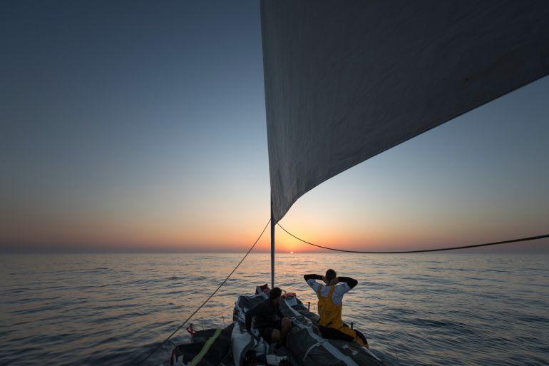 Un marinero de un barco de la Volvo mira al horizonte