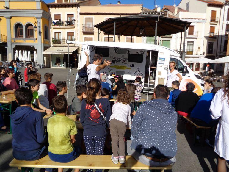 Niños y adultos realizan los talleres con la máxima atención