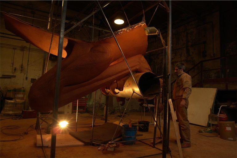 El artista gaditano, Luis Quintero, en la creación de una de sus obras más conocidas, el jaulájaro