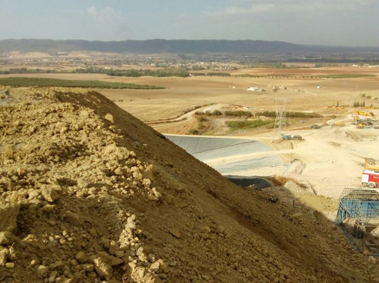 Montaña de tierra sellan el talud de residuos afectados por el fuego.