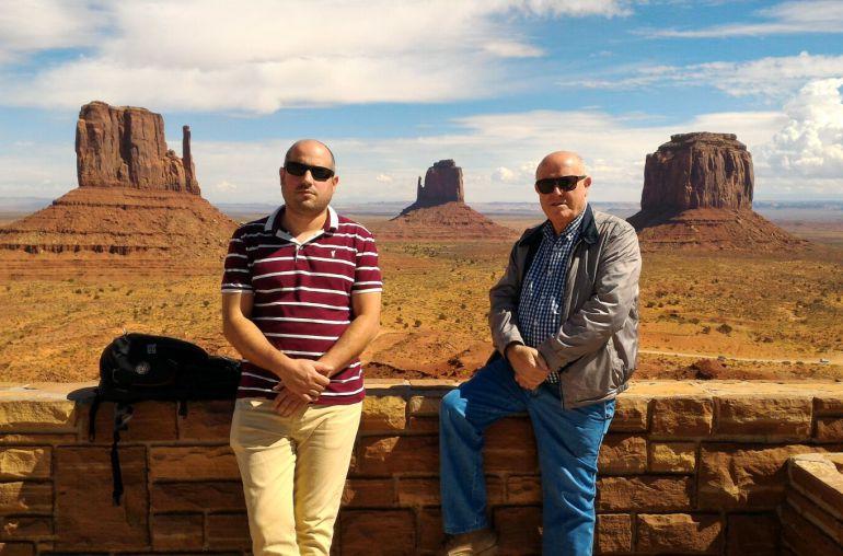 Manuel Vaquero Cabello y su padre Manuel Cabello en el Death Valley Monument en la frontera entre Arizona y Utah