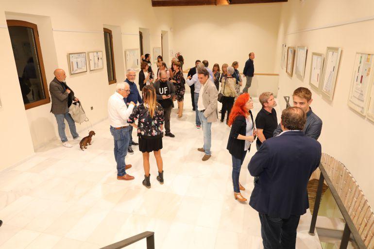 Momento de la inauguración de la exposición del pintor Ferrer Guasch en la Torre de El Verger.