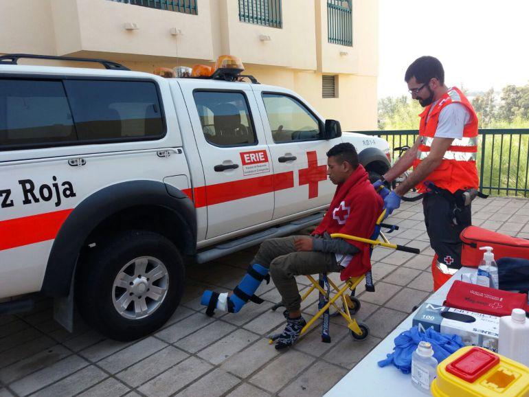 Cruz Roja atiende a un inmigrante en Guardamar