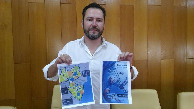 "Francisco Muñoz, portavoz del PP, muestra la portada de la agenda y el mapa de las comarcas del ""Baix Segura i el Vinalopó Mitjà"""