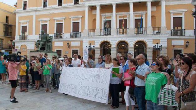 Protesta de la AMPA del C.P. Arias Montano ante el Ayuntamiento, tras la eliminación de la figura del conserje en el centro.