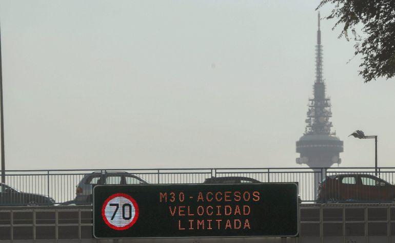 Imagen de un panel informativo del 'Escenario 1' del protocolo de medidas a adoptar durante los episodios de alta contaminación por dióxido de nitrógeno que limita la velocidad en la M-30 y vías de acceso a la ciudad a 70 kilómetros por hora.