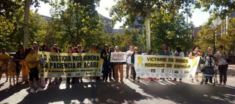 Protesta de familiares de bebés robados frente a la Audiencia Provincial.