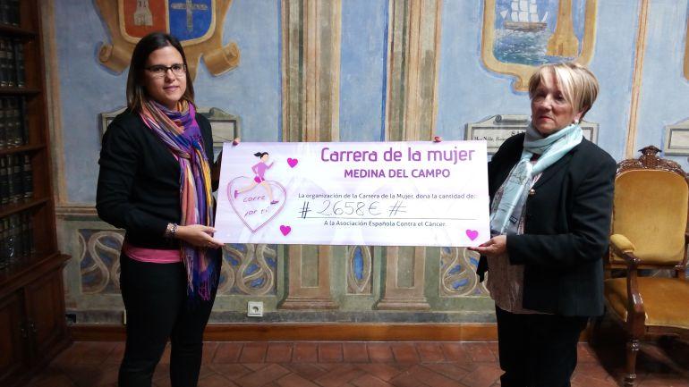 La concejal de juventud, María Losada y la presidenta de la Asociaación Contra el Cáncer, Mª Juli López