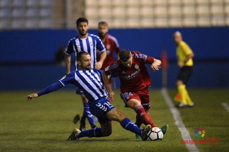 Cristian Bustos pelea un balón en el ultimo partido frente al Real Zaragoza.