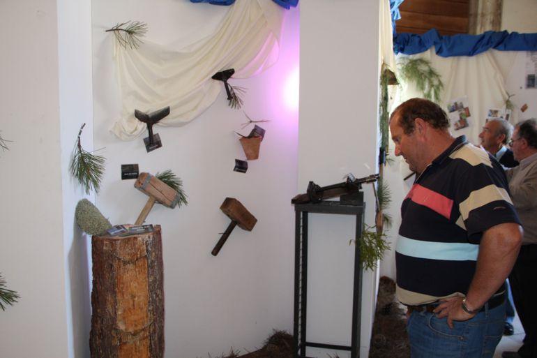 Una persona observa los utensilios que se utilizan en el oficio del resinero